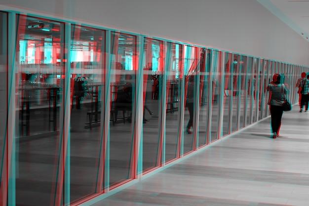 Stile glitch, persone che camminano all'interno dell'edificio vicino alla parete di vetro.