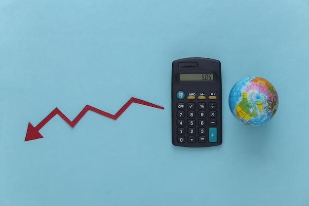 Tema della crisi globale. calcolatrice con un globo, freccia cadente che tende verso il basso sul blu