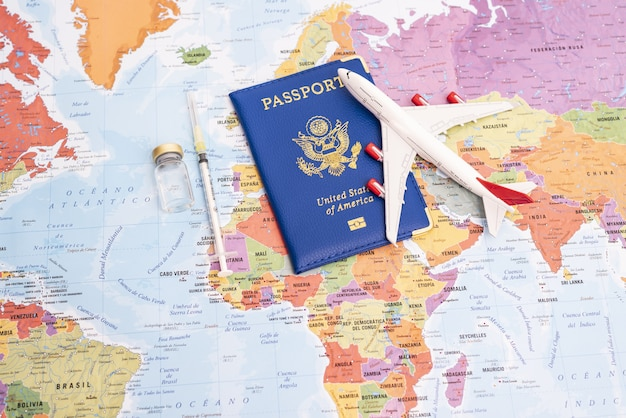 Concetto di vaccinazione globale per la ripresa dei viaggi e della ripresa economica delle vacanze di viaggio e dell'economi...