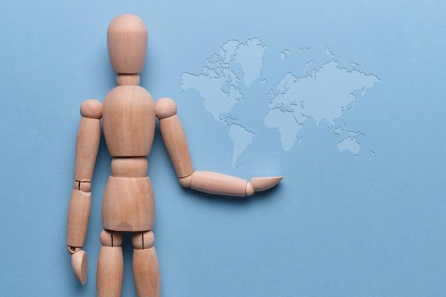 Uomo dell'estratto di concetto di globalizzazione con la mappa di mondo.