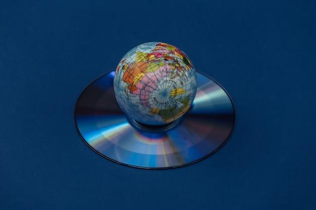 Globo e cd su sfondo blu classico. colore 2020.