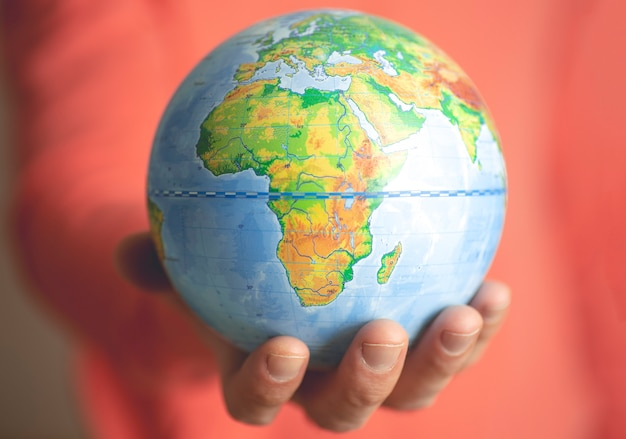 Globo terrestre nelle mani di un uomo. Foto Premium