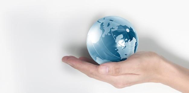 Globo, terra in mano umana, tenendo il nostro pianeta incandescente.