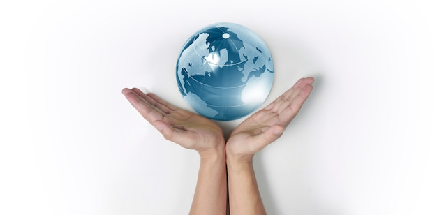 Globo, terra in mano umana, tenendo il nostro pianeta incandescente