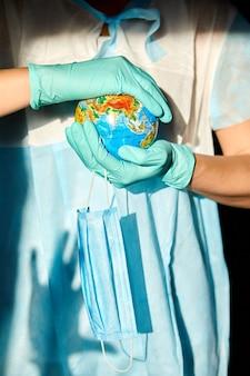 Globo in una maschera medica nelle mani del medico in condizioni di luce intensa