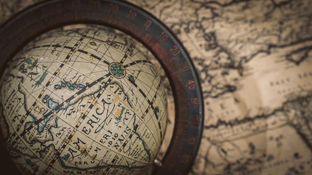 Modello del globo sulla vecchia mappa del mondo