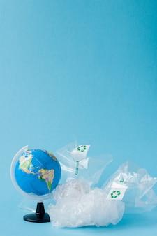 Globo e sacchetto di plastica fuori dal globo