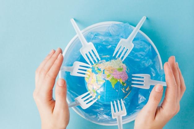 Globo su un piatto di plastica. il concetto di ecologia, conservazione del territorio