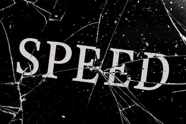 Cupo vetro rotto con crepe con la scritta speed