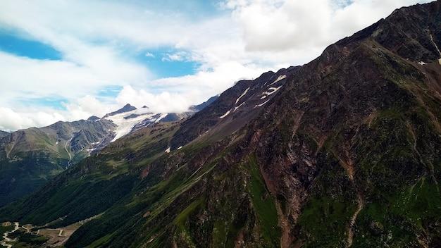 Nubi cupe sulle montagne del caucaso Foto Premium