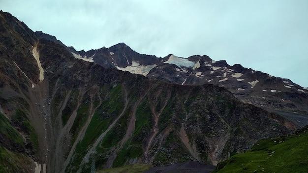 Nubi cupe sulle montagne del caucaso