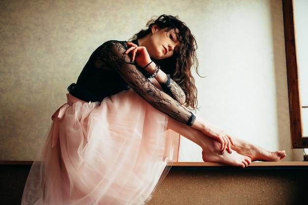 Cupa ragazza solitaria in un abito rosa.