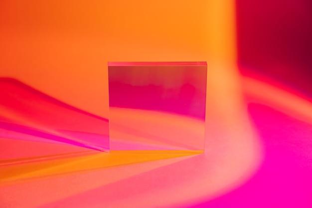 Foglio acrilico lucido su sfondo colorato sfumato. sfondo elegante per la presentazione.