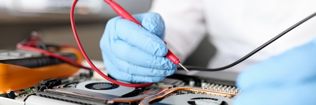Il tuttofare inguantato ripara la manutenzione della scheda madre e la riparazione del concetto di apparecchiature informatiche