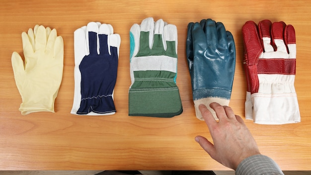 I guanti sono disposti sul tavolo e hanno diversi gradi di protezione
