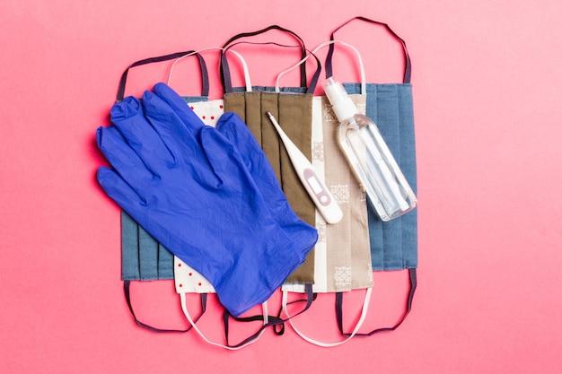 Guanti, disinfettante, maschere e termometro