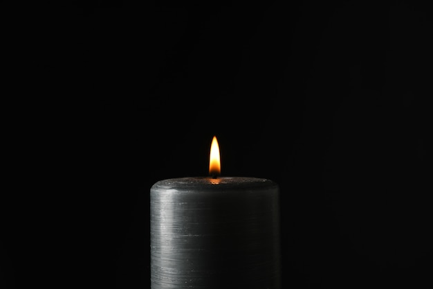 Candela incandescente su fondo nero