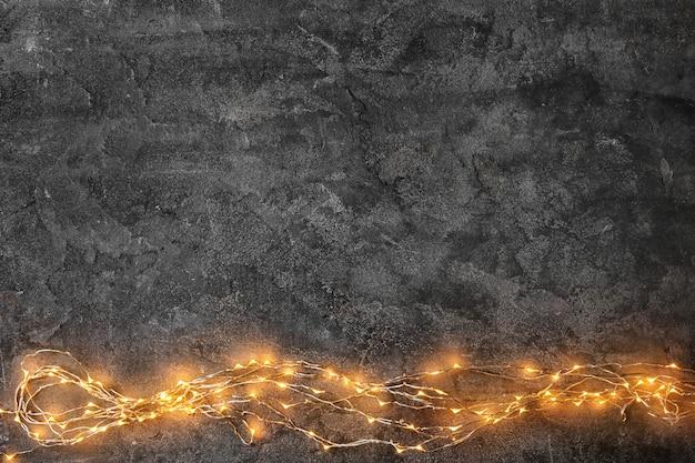 Luci di natale incandescenti su sfondo grigio