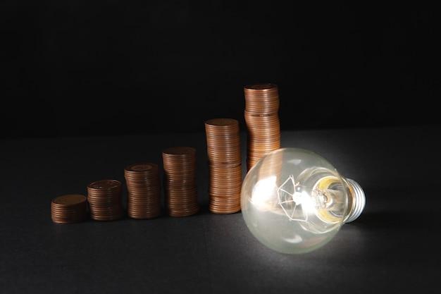 Lampada e monete incandescenti su una scena buia