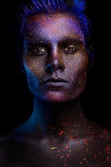 Trucco al neon luminoso con uno sguardo drammatico nei suoi occhi.
