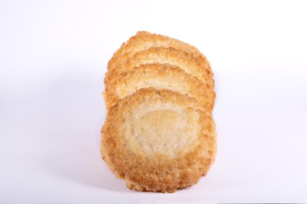 Biscotti di amaretti al cocco senza glutine su uno sfondo bianco, isolato.