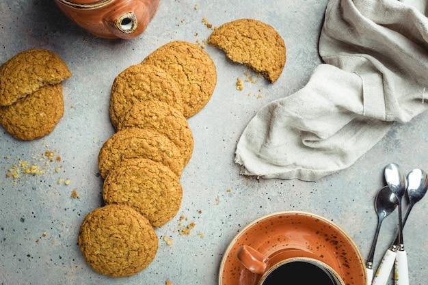 Biscotti di farina d'avena sani senza glutine su pietra grigia