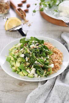 Insalata verde senza glutine di germogli microgreen piselli avocado quinoa spinaci
