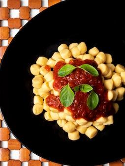 Gnocchi di patata, tagliatelle di patate italiane con salsa di pomodoro e basilico