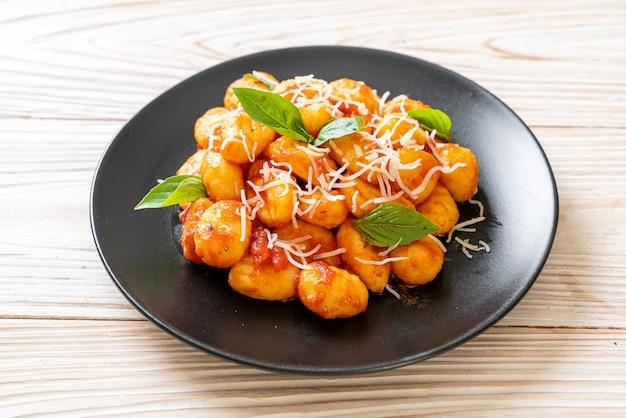 Gnocchi in salsa di pomodoro con formaggio, cucina italiana