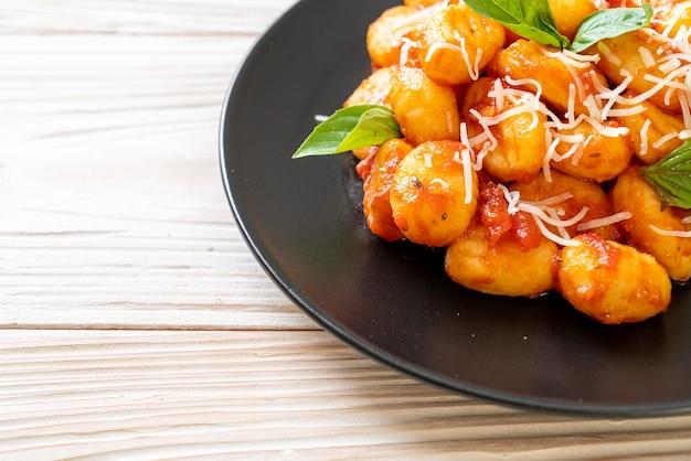 Gnocchi in salsa di pomodoro con formaggio - stile alimentare italiano