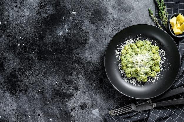 Gnocchi con salsa di spinaci al basilico e parmigiano