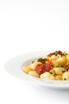 Gnocchi con salsa al pomodoro isolata su bianco.