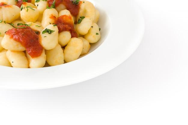 Gnocchi con salsa al pomodoro isolata su bianco