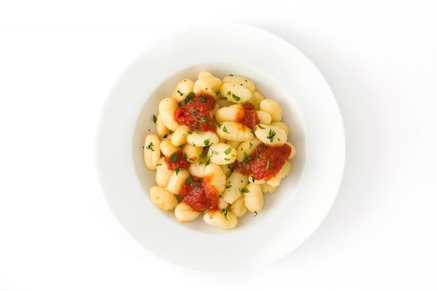Gnocchi con salsa al pomodoro in zolla isolata sulla vista superiore bianca