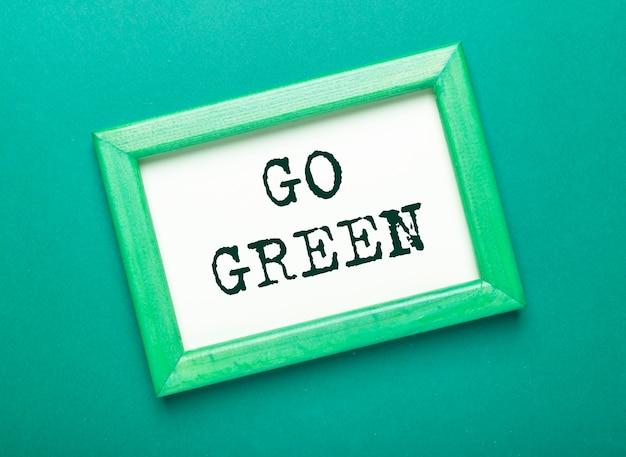 Vai iscrizione verde nel telaio su sfondo verde eco.