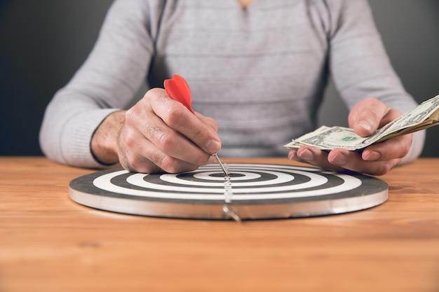 Concetto di obiettivo, l'uomo raggiunge l'obiettivo, sul tavolo