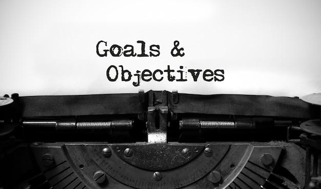 Parole di obiettivi e obiettivi scritti su una macchina da scrivere vintage.