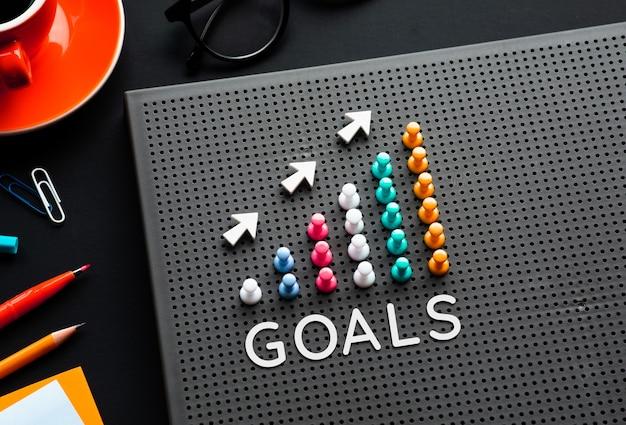 Testo di obiettivi con grafico a spillo sul tavolo da lavoro
