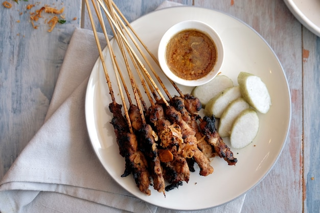 Satay di capra con torta di riso e salsa di arachidi cibo tradizionale di yogyakarta indonesia