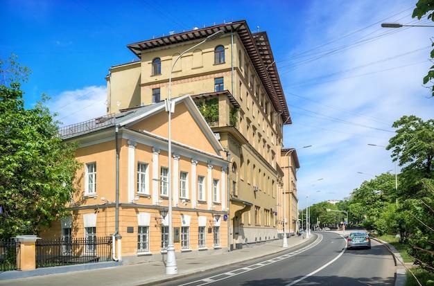 La casa di gogol e un edificio residenziale sul nikitsky boulevard a mosca in una giornata di sole estivo Foto Premium