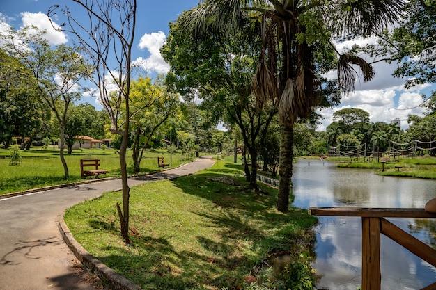 Goiania / goias / brasil - 30 01 2019: sentiero escursionistico dello zoo municipale di goiania