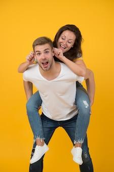 Impazzire insieme. donna e uomo bello umore pazzo. coppia pazza innamorata che si diverte. sentirsi liberi e pazzi. giovani. tempo per la famiglia. fidanzata sulle spalle. umore allegro. emozioni positive.