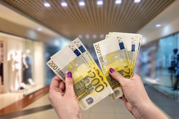 Andare a fare shopping, euro in mani femminili