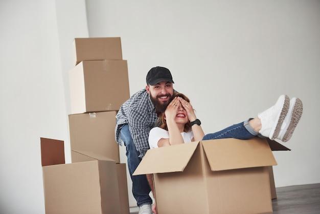 Andando avanti. coppia felice insieme nella loro nuova casa. concezione del movimento
