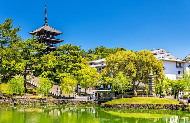 Pagoda da goju-no a cinque piani sopra lo stagno di sarusawa-ike a nara, in giappone