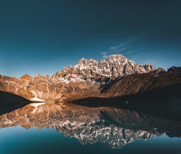 Lago gokyo sullo sfondo di montagne dell'himalaya.