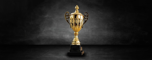 Premio d'oro e trofeo in studio e showroom scuro e nero