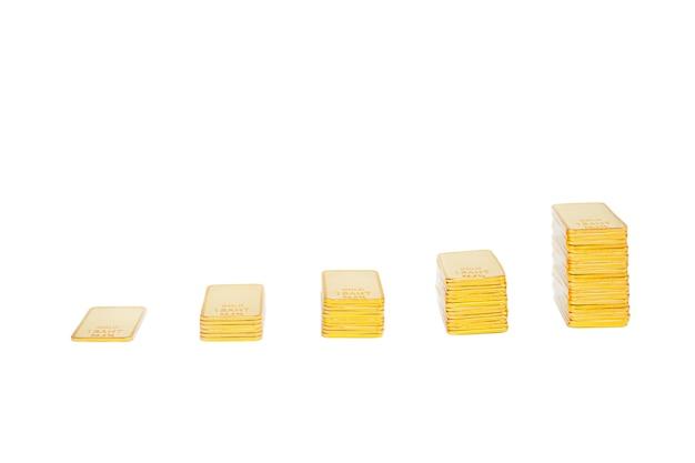 Scala di lingotti d'oro isolare. 5 pilastri di lingotti d'oro