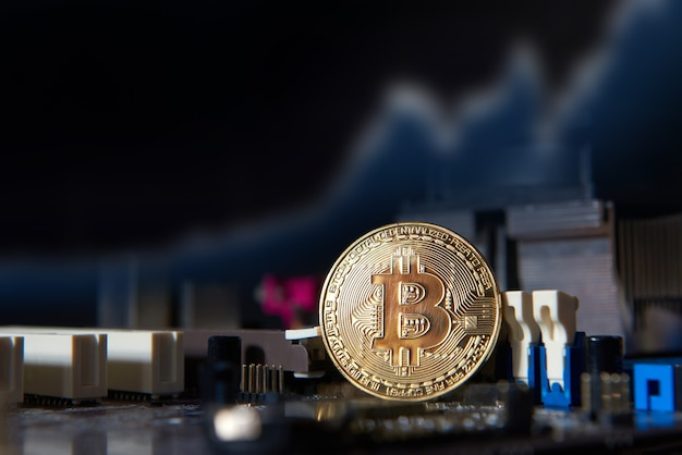 Scheda processore del computer elettronico bitcoin oro. concetto di criptovaluta virtuale
