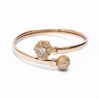 Gioielli braccialetto d'oro su sfondo bianco isolato
